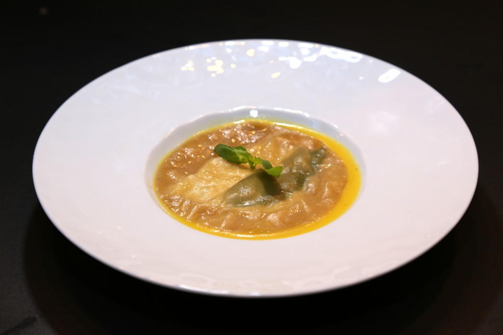 Raviole chèvre-basilic, coulis de poivron jaune et huile d'argan