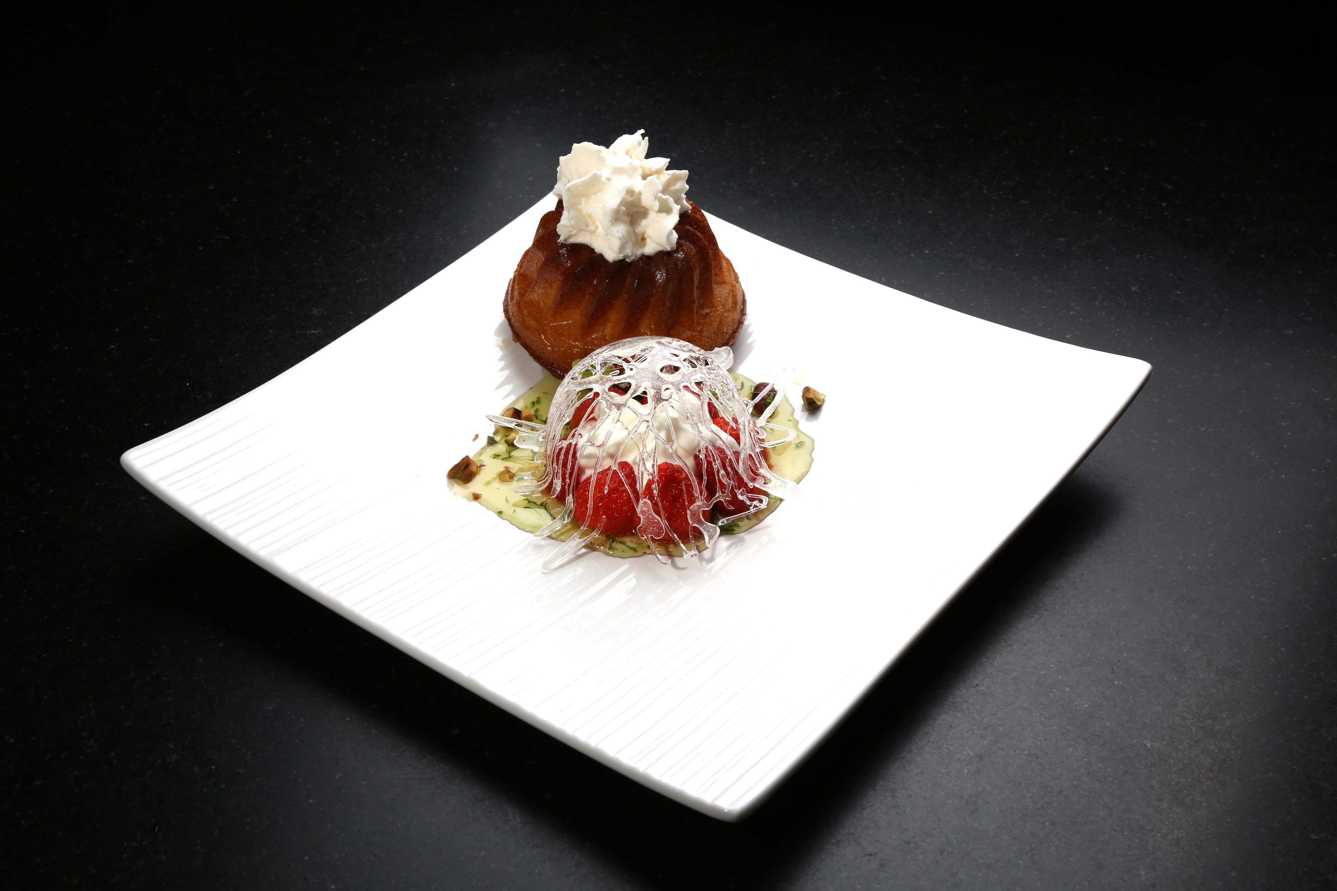 Baba au rhum, fraises verveine en corolle de sucre