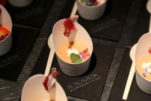 Gaspacho poivron  fraise, jambon Ibérico, pata négra et herbes sauvages