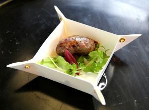 Saucisson de chèvre fumée aux truffes, fondue de bleu