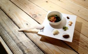 Bouillon Thai, beignet de crabe et ses accompagnements: piment confit, pop de poulet, concombre, duxelles de champignon, lait de coco, daikon mariné