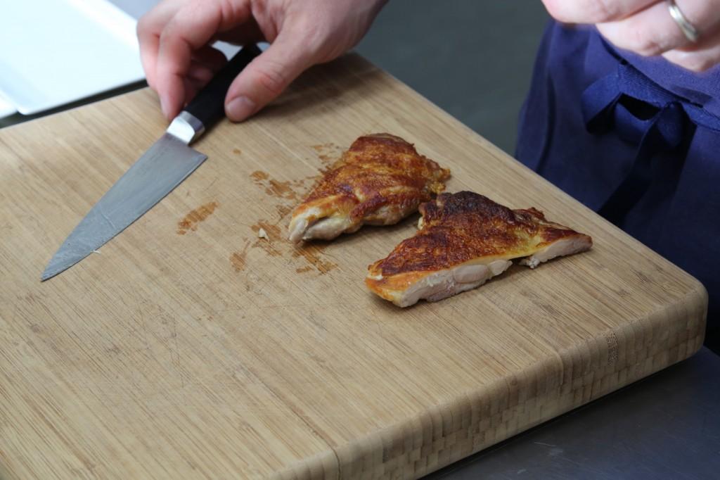 couper le poulet en deux