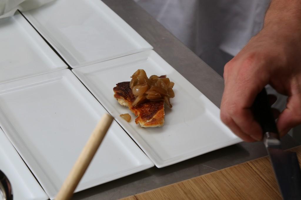 recouvrir le poulet d'une cuillerée d'oignons