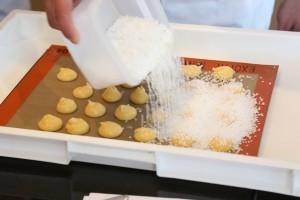 Recouvrez généreusement les chouquettes de sucre perlé