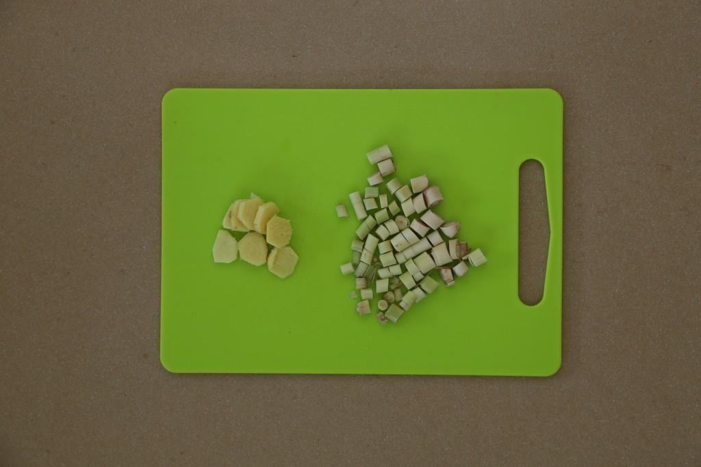 Coupez la citronnelle et le gingembre