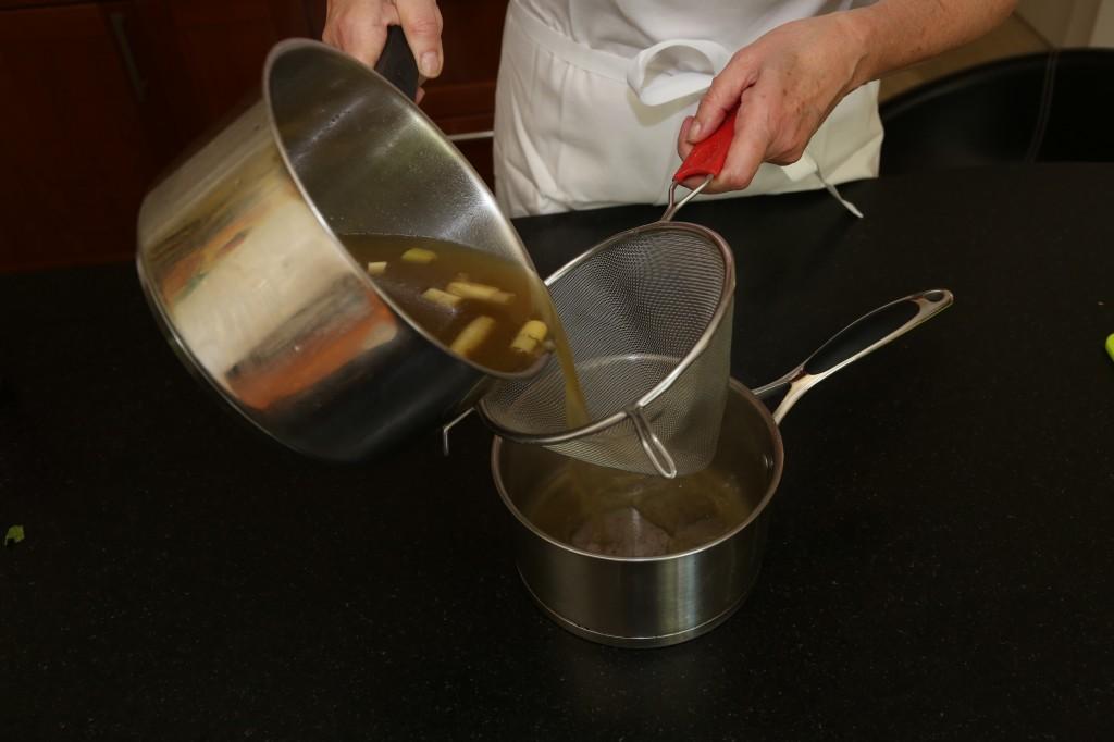 Passez le bouillon préalablement réchauffé