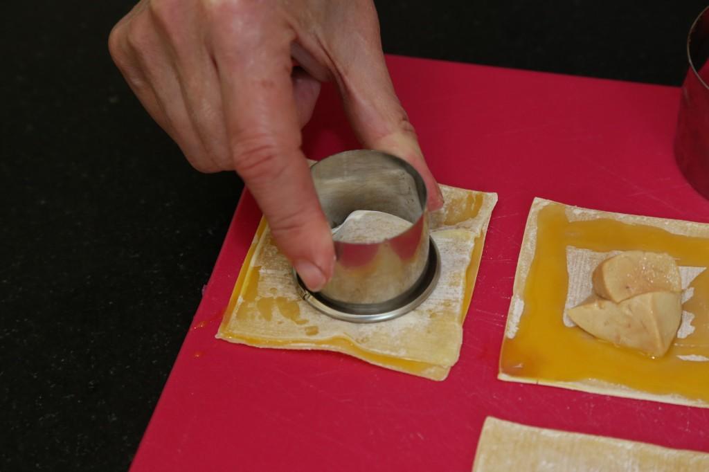 Collez les deux feuilles de raviole à l'aide du petit emporte pièce