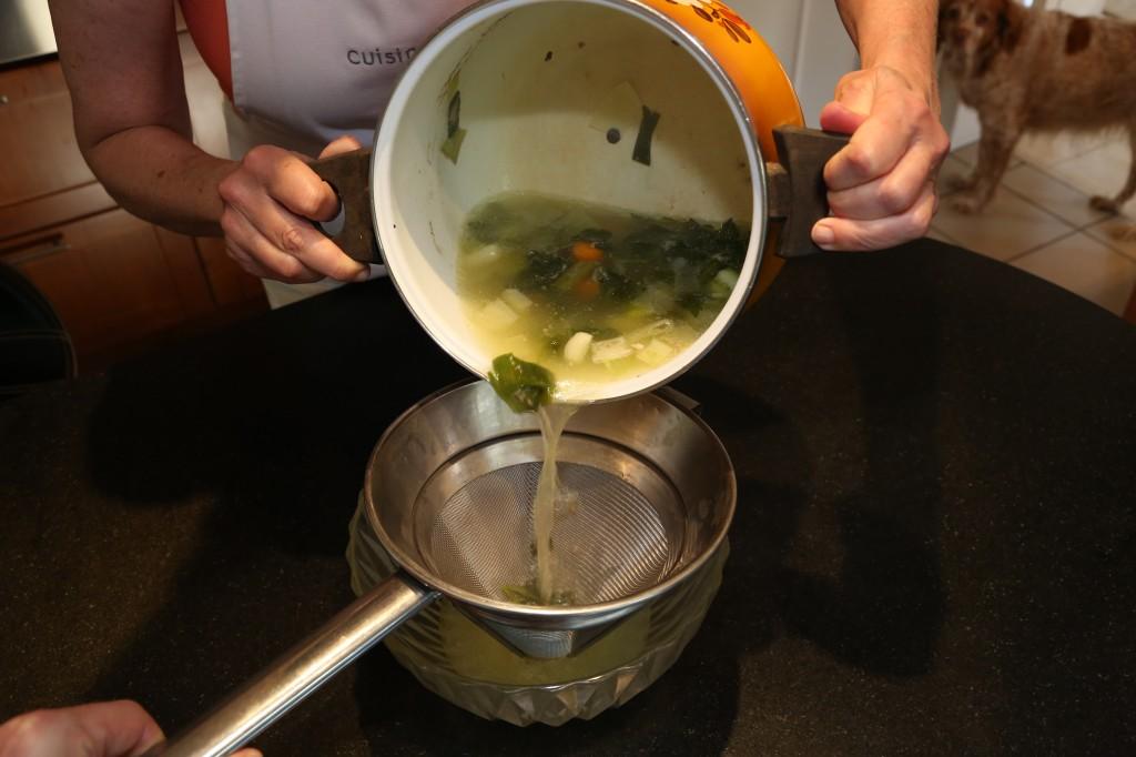 Filtrez le bouillon