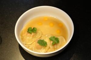 Ravioles de foie gras, bouillon thai et perles d'œuf basse température