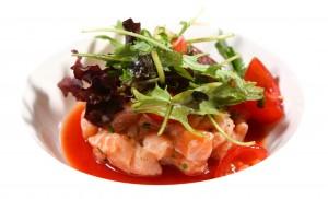 Tourelle de saumon frais aux herbes sur gazpacho