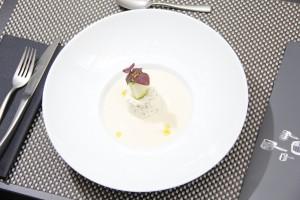 Velouté d'asperge blanches, crèmeux au chèvre frais et dés de courgettes