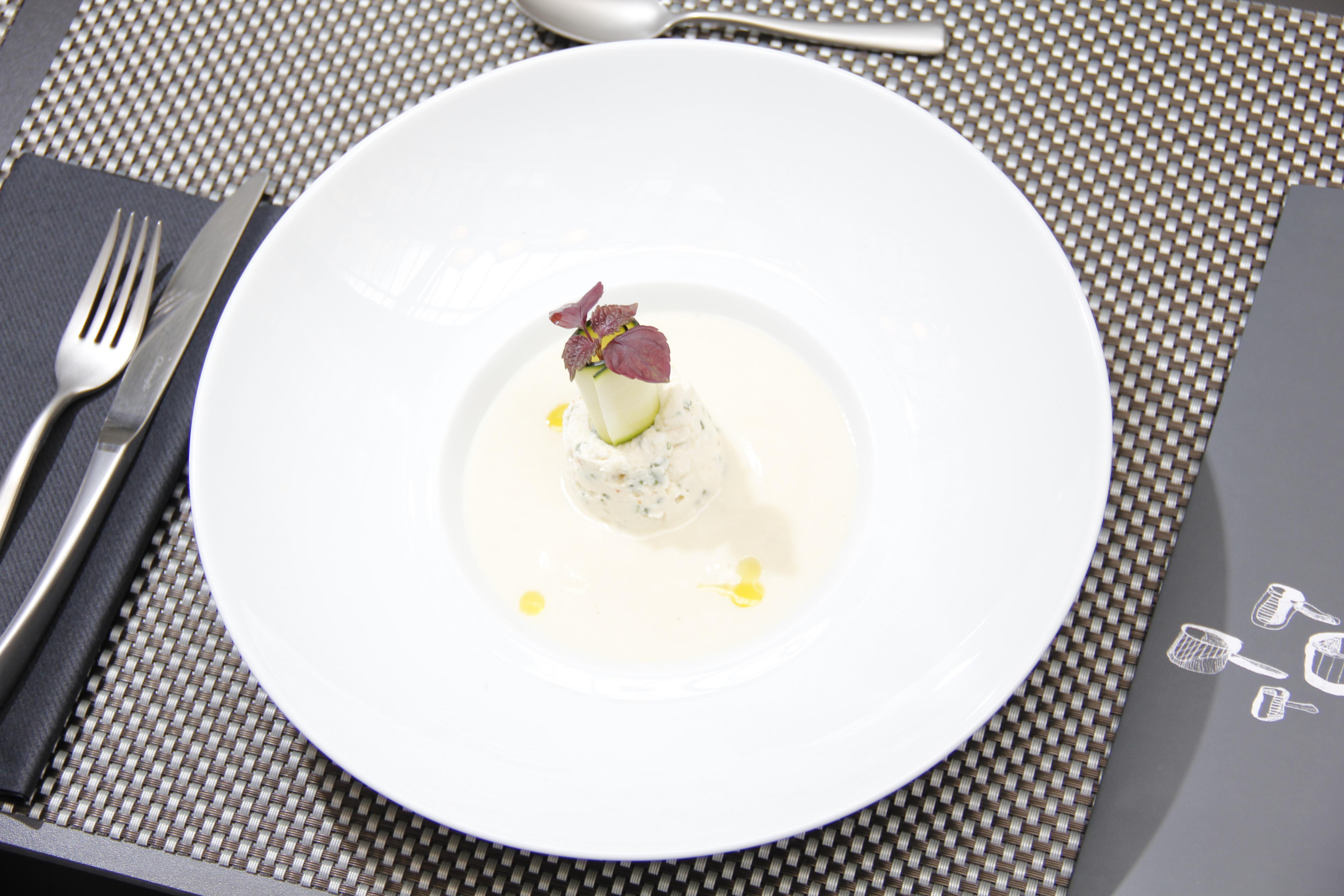 Velouté d'asperge blanches, crèmeux au chèvre frais et dés