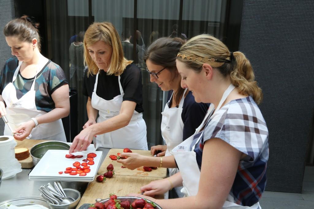 Rangez les tranches de fraises sans les superposer