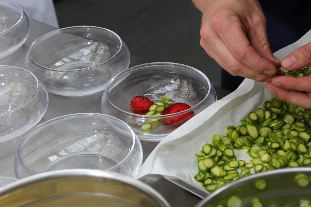 Commencez le dressage par les fraises et un peu de tranches d'asperges crues