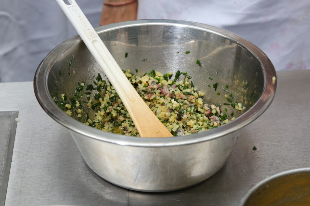 Bien mélanger amandes, anchois et ciboulette