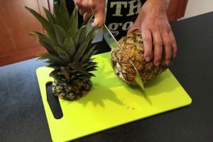 Coupez le haut et la base de l'ananas
