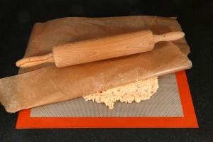Couvrez d'une feuille de papier cuisson et étalez la pâte avec un rouleau