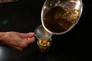 Filtrez l'huile de cuisson et recouvrez en les gousses
