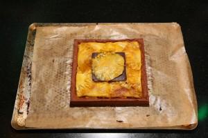 Déposez la feuille de chocolat sur le ce ntre du gateau