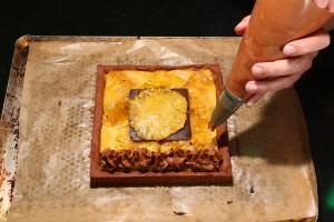Décorez le gâteau avec la mousse au chocolat
