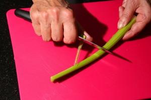 Épluchez les feuilles de céleri