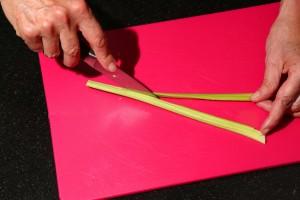 Coupez les tiges en deux dans la longueur