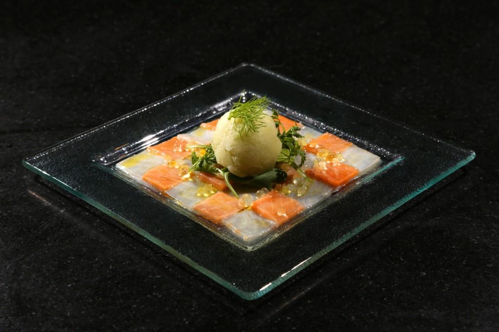 Finissez avec une boule de sorbet et décorez avec une feuille tendre de fenouil