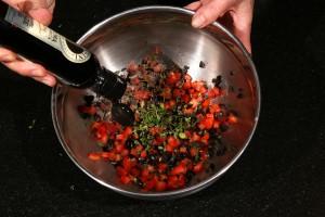 Mélangez tomates et olives.