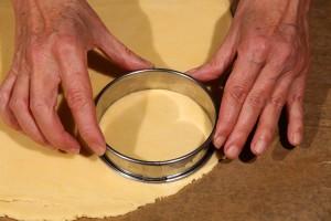 Imprimez la forme des cercles sur la pâte.