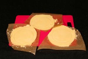 Découpe du papier autour des ronds de pâte.