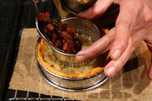 Ajoutez la garniture tomate,olive.