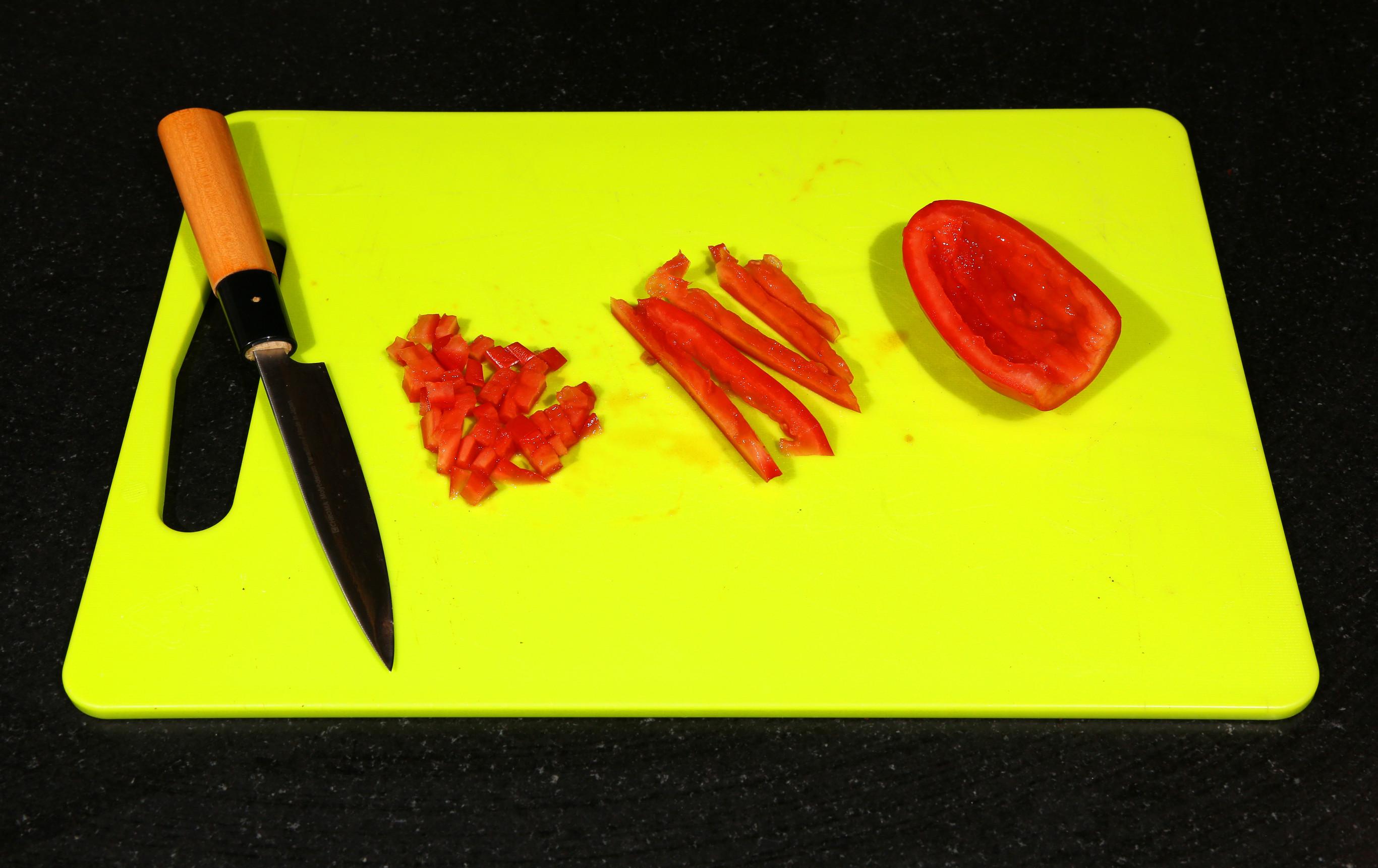 Coupez les tomates en petits dés.