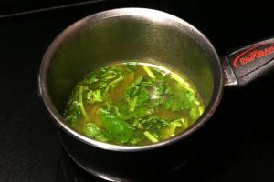 Rajoutez la menthe ciselée dans la sauce