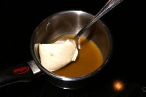Ajoutez la crème fraîche au jus de poulet