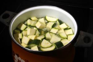 Versez les courgettes , le bouillon cube dans un faitout et couvrir d'eau
