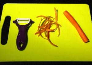 Épluchez et taillez les carottes en fine julienne ( bâtonnets)