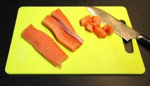 Coupez le saumon frais en dés
