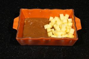 Déposez les dés de pommes de terre vapeur et une bonne cuillerée de sauce dans votre ramequin