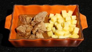 Posez la viande sur la sauce
