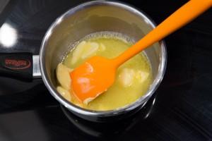 Faites fondre le beurre à feu doux.