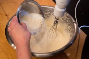 Ajoutez la farine et la levure.