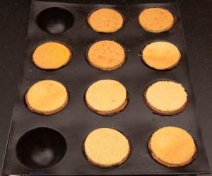 Déposez le biscuit génoise