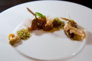 Tartare de thon fumé, caviar d'aubergine et petits champignons