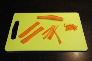 Épluchez les carottes et coupez les en petits cubes.