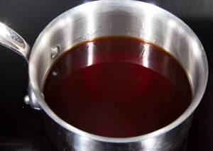 Faire réduire le jus de betterave et le vinaigre de framboise