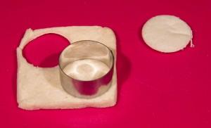 Coupez le pain à l'aide d'un cercle