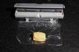 Déposez un quart de la pâte sur l'extrémité du film