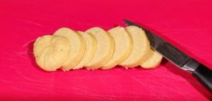 Découpez le boudin de pâte en tranches