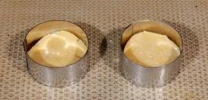 Posez une tranche de pâte à sablé dans chaque cercle