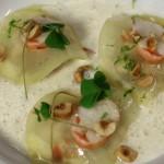 Demi-lunes de pommes de terre aux crevettes, lait de poule parfumé aux noisettes